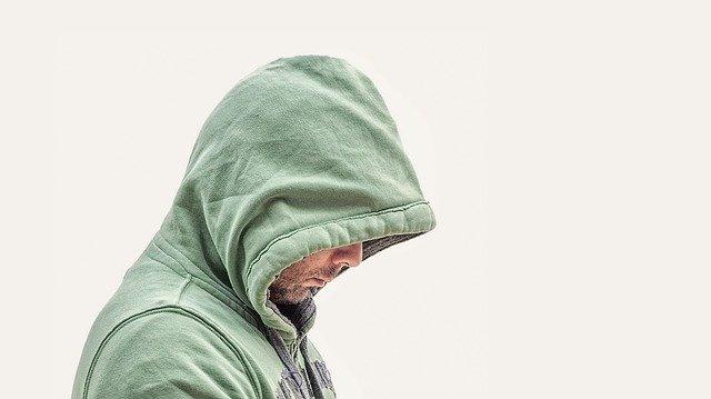 muž s kapucou