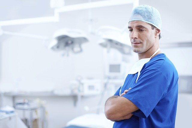 přemýšlející lékař
