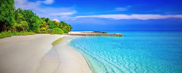 průzračně čistá pláž