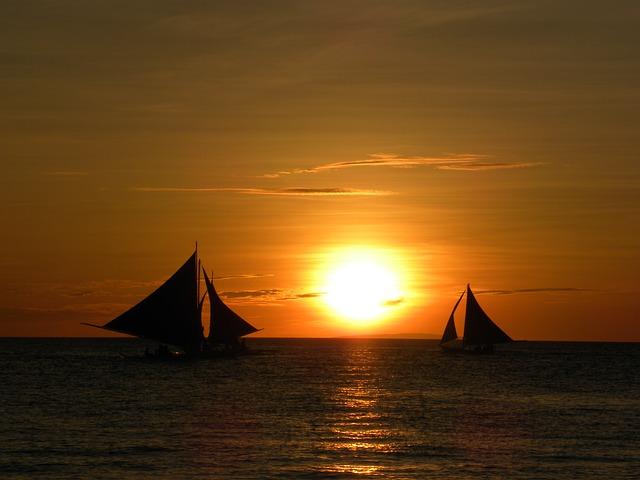 plachetnice při západu slunce