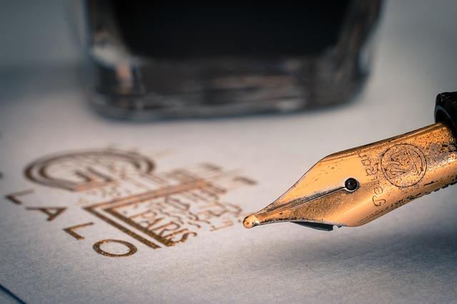 inkoustové pero s papírem