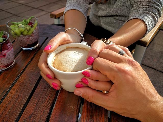 pár rukou a káva