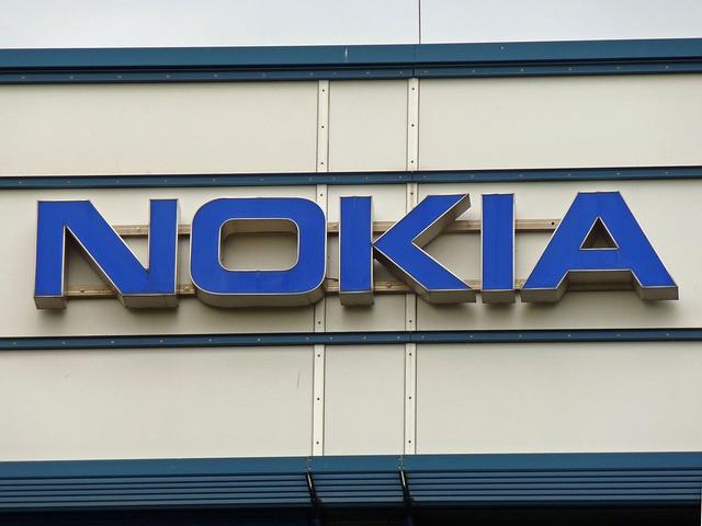 logo Nokia na budově