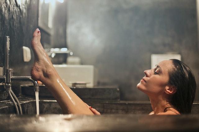 Žena vo vani so zdvihnutou nohou.jpg