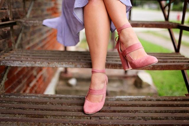 Žena obutá v ružových topánkach na vysokom podpätku.jpg