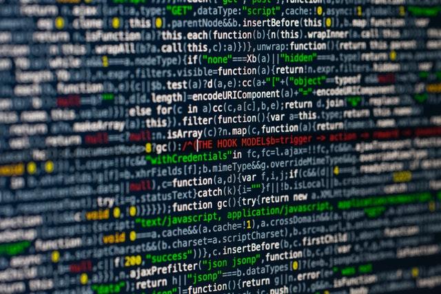 Počítač na ktorého obrazovke sa zobrazujú dáta.jpg