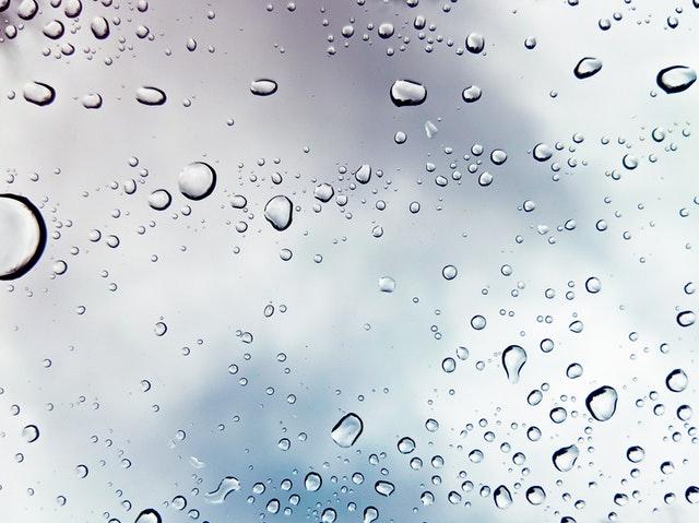 Sklo, na ktorom sú kvapky vody